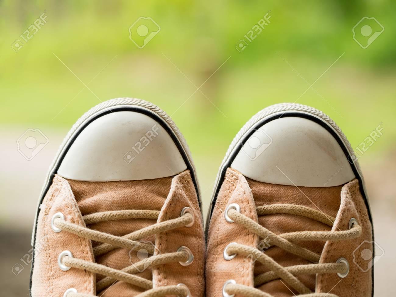 Zapatilla Zapatos Deporte Naturaleza Suaves Mujer La En Vendimia Marrón Plano Color El Fondo Desenfoque Verde De Primer Cwg4qt