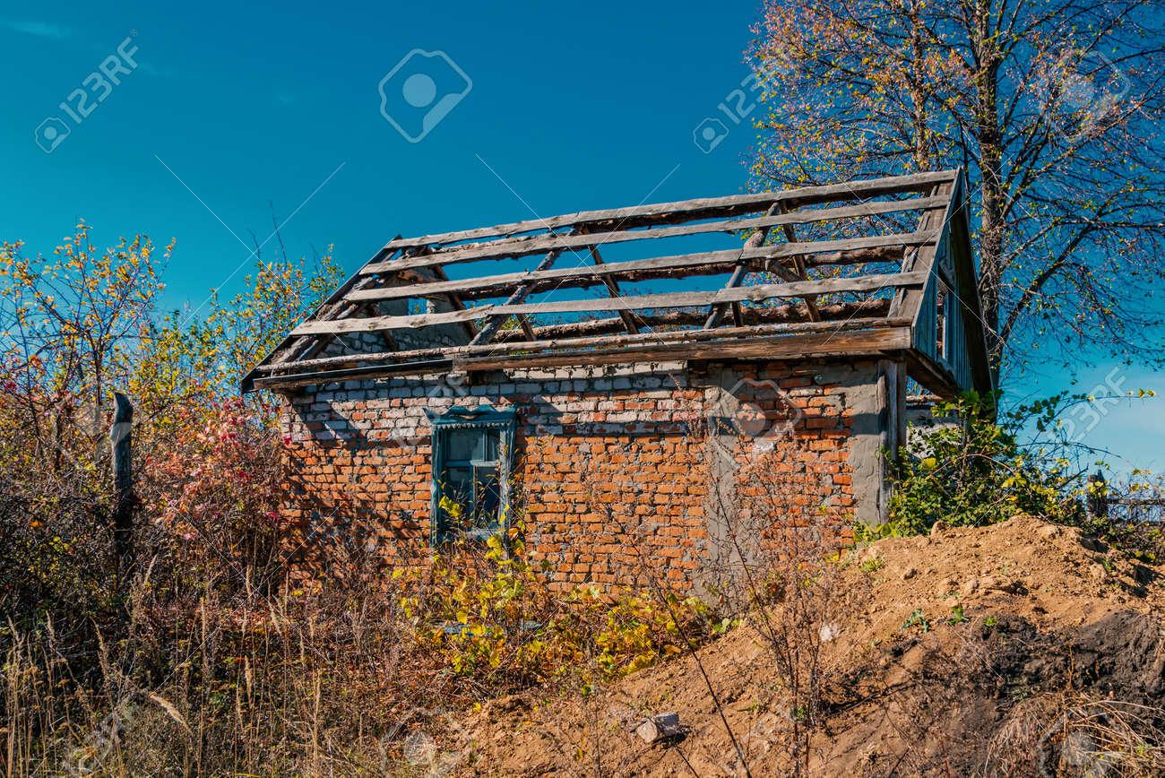 Eine Alte Verlassene Backstein-Haus Mit Einem Zerbrochenen Fenster ...