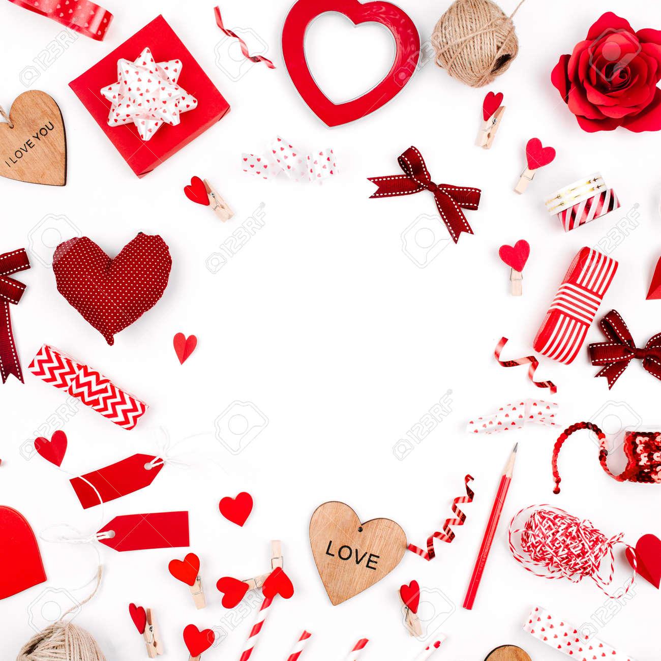 Composicion De Accesorios Romanticos Marco Hecho De Corazones Rojos - Corazones-de-decoracion