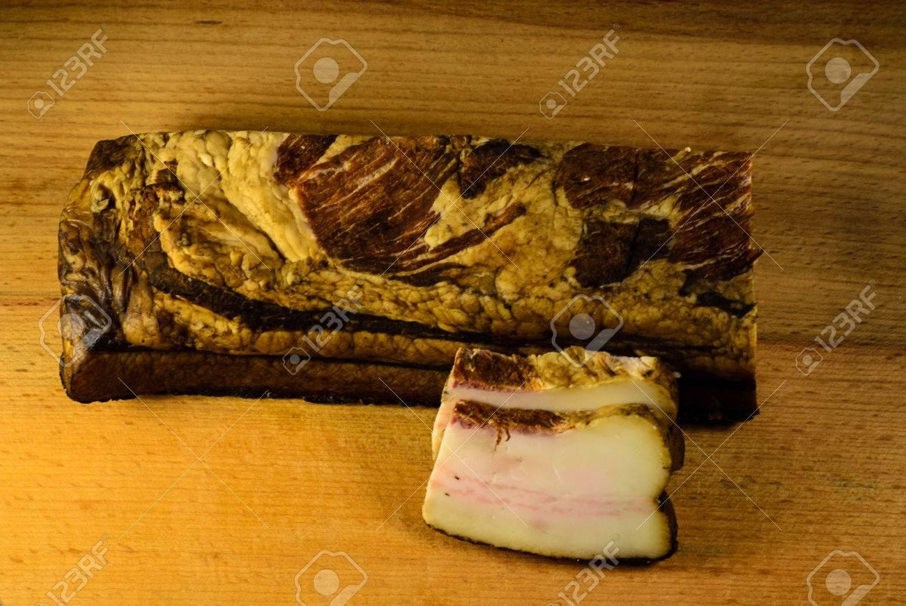 Bacon Fume Sur Un Plateau De Cuisine En Bois Banque D Images Et