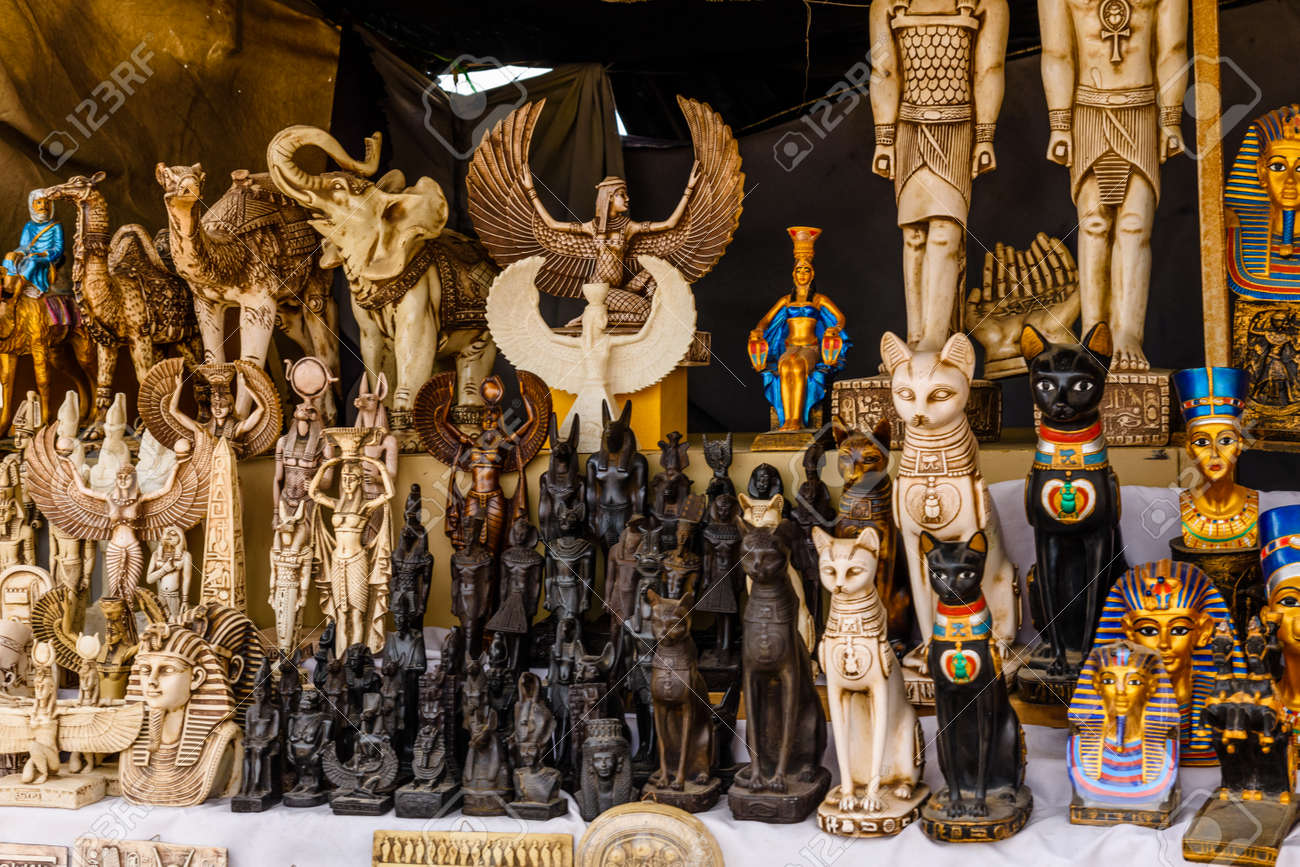 Suveniri - Page 8 114824805-different-egyptian-souvenirs-for-sale-in-street-shop