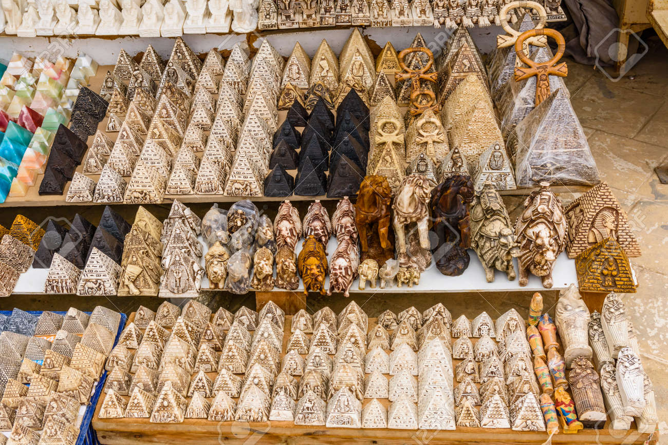 Suveniri - Page 8 115488995-different-egyptian-souvenirs-for-sale-in-street-shop