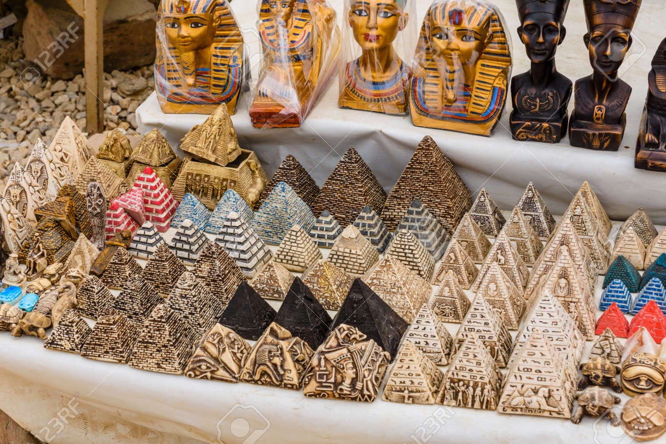 Suveniri - Page 8 116277782-different-egyptian-souvenirs-for-sale-in-street-shop