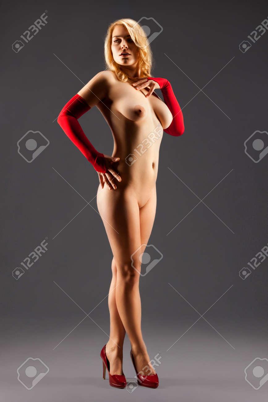 Девушки голые в перчатках