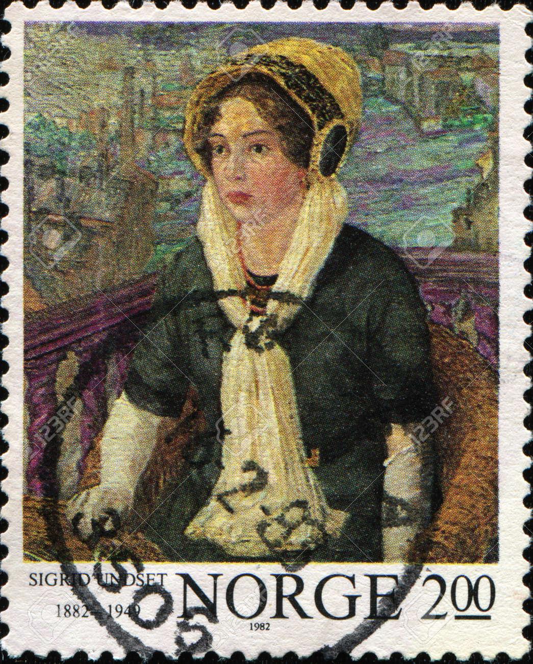 NORVEGIA CIRCA 1982: Un timbro stampato in Norvegia mostra scrittrice norvegese Sigrid Undset che è stato insignito del Premio Nobel per la