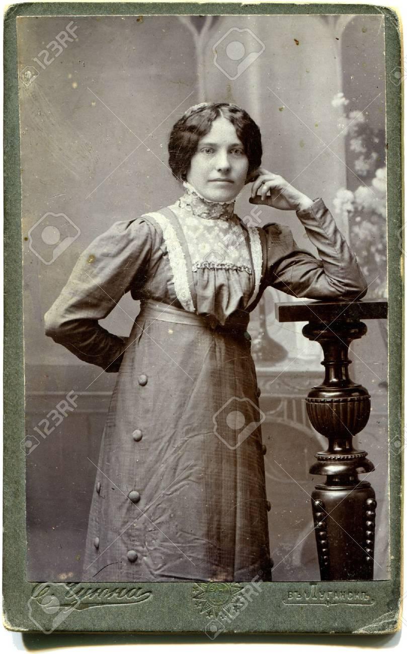 Archivio Fotografico - RUSSIA - CIRCA alla fine del 19 - inizio 20 ° secolo  Una foto antica mostra donna dd7e5ff7a802