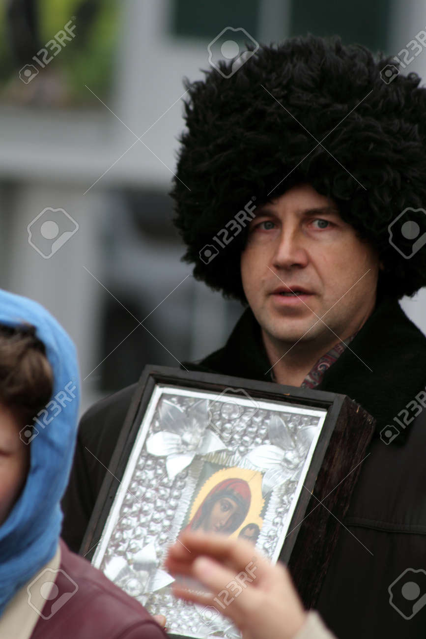 LUGANSK - NOV 4  religious procession dedicated to the 400 annversary of the liberation of Russia from the Polish-Lithuanian invardes and end of Unrest, Lugansk, Ukraine, November 4, 2012 Stock Photo - 16284016