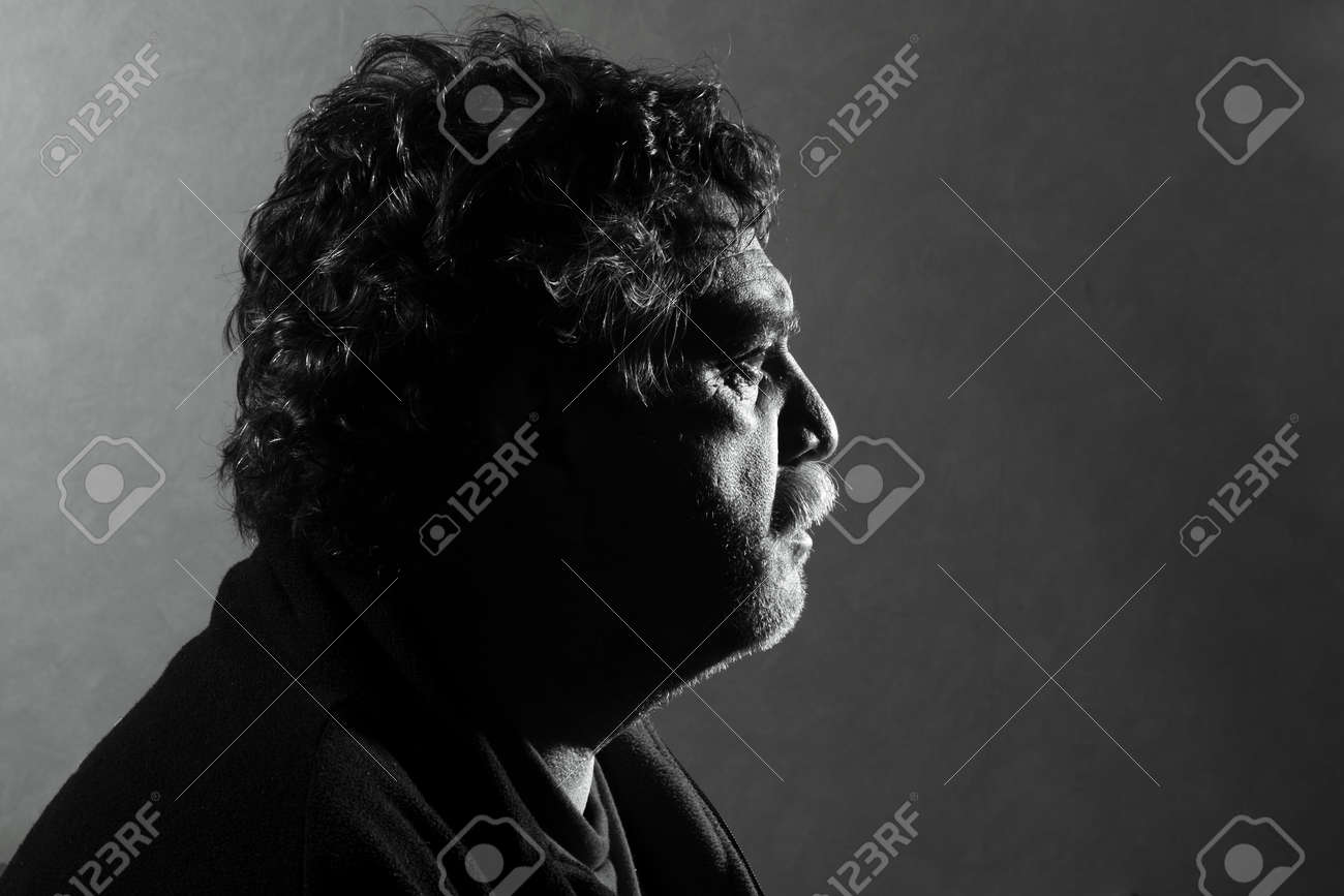 Ritratto di uomini di mezza età con illuminazione duro studio foto