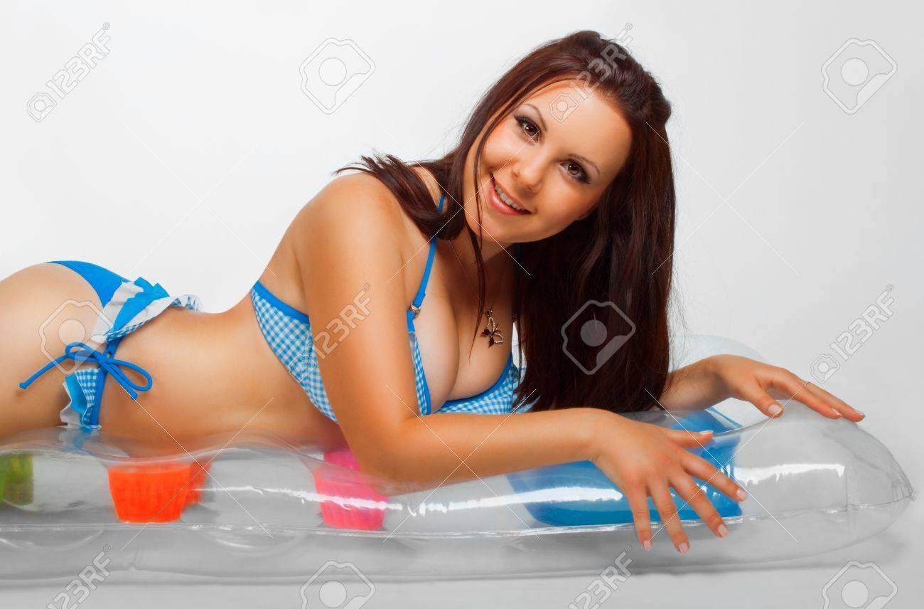 Guapa Colchón Posando Un Bikini Sobre En Inflable Chica Blanco Fondo Yfgb76vy