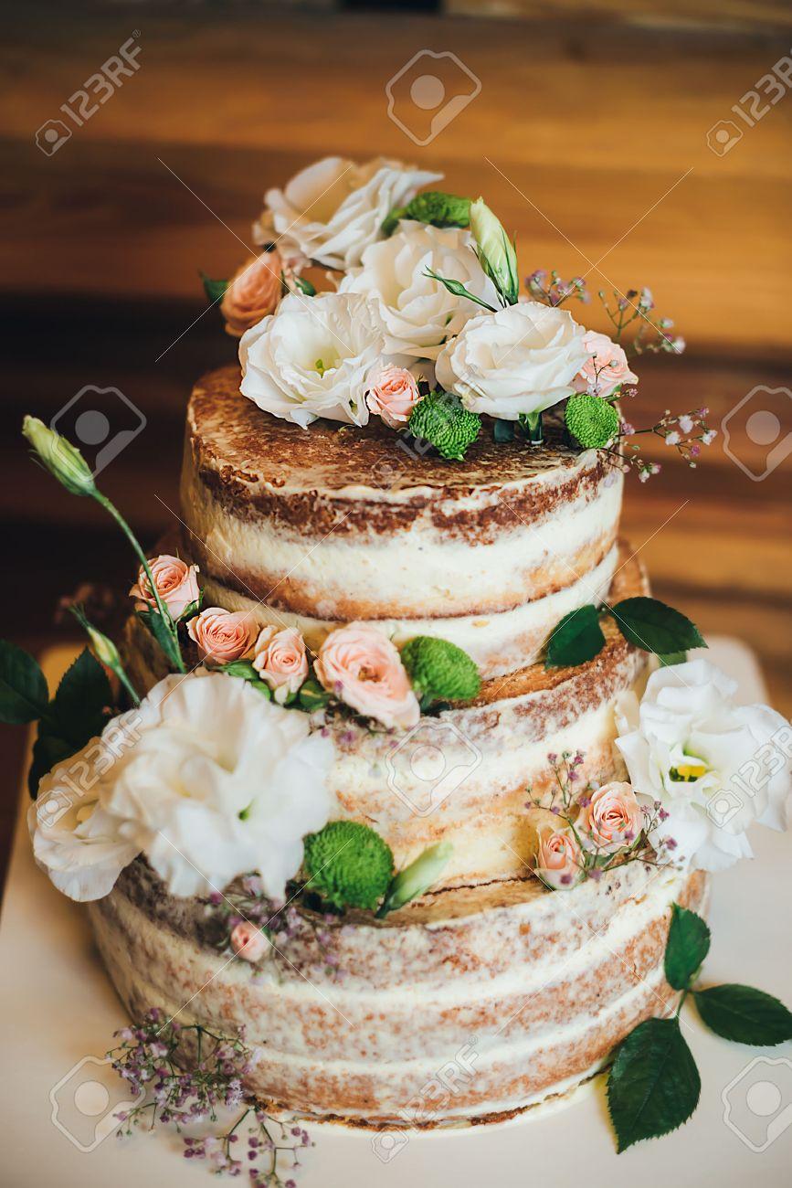 Gateau De Mariage Avec Des Roses Creme Fouettee Sur Un Fond En Bois