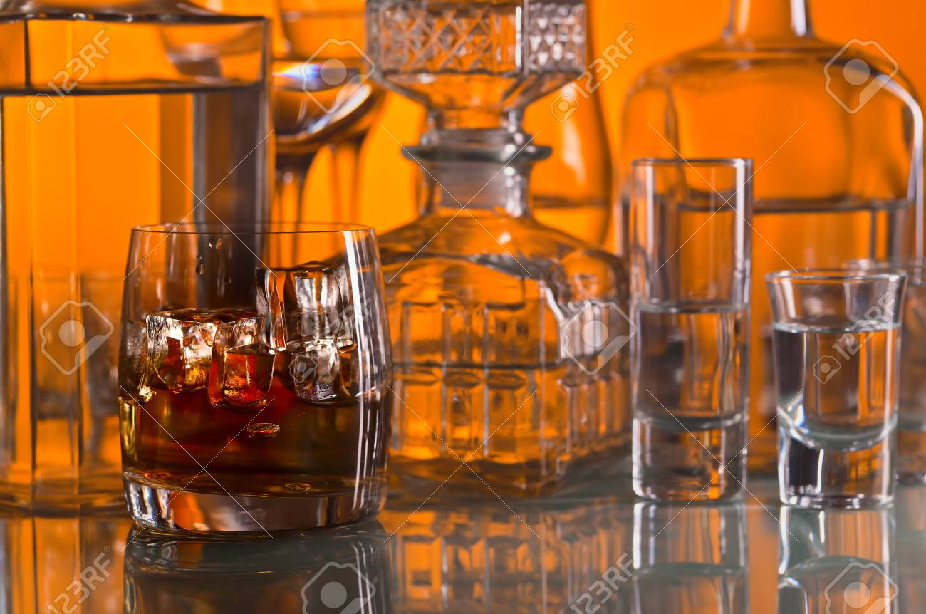 Alkoholische Getränke In Bar Auf Glastisch Lizenzfreie Fotos, Bilder ...