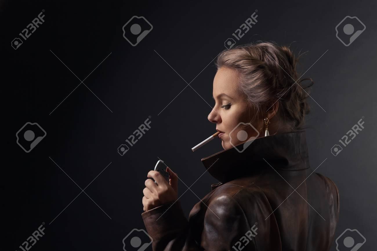 Blonde Leder Frau Rauchen