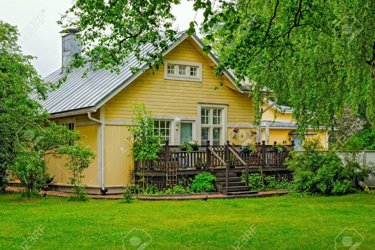 Terraza De La Parte Trasera En El Jardín De Una Antigua Casa De Campo De Estilo Sueco En Tammisaari Finlandia En Día Lluvioso