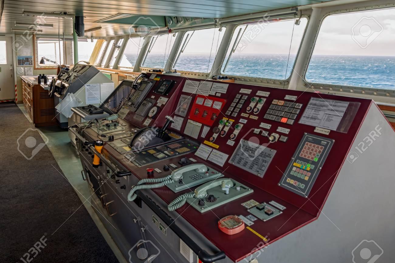 Titanic au 1/200 Trumpeter - Page 11 85224777-busan-south-korea-jan-22-2017-wheelhouse-of-container-ship-hyundai-sprinter-with-various-navigationa