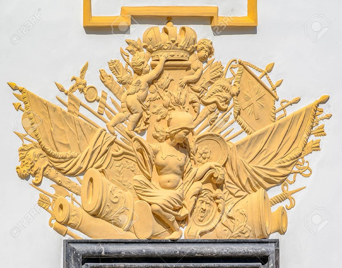 Art Et Decoration Juin 2017 st.petersburg, russie - 07 juin 2017: décoration de bas-relief de la gloire  militaire au-dessus de l'entrée du palais d'été dans le jardin d'été