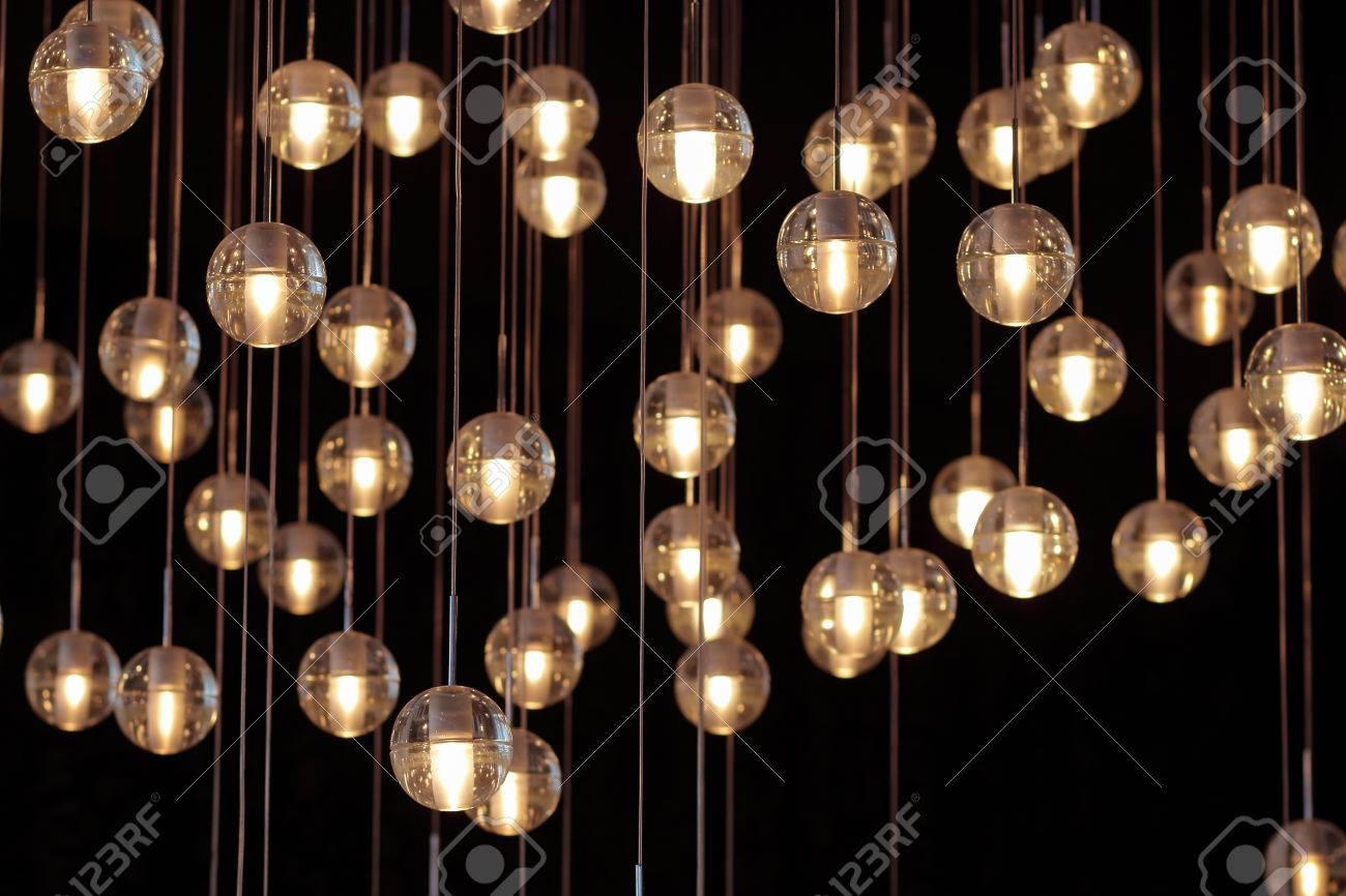 Häufig Lichtkugeln Auf Dem Kronleuchter Im Schein Der Lampe, Glühbirnen ZS82