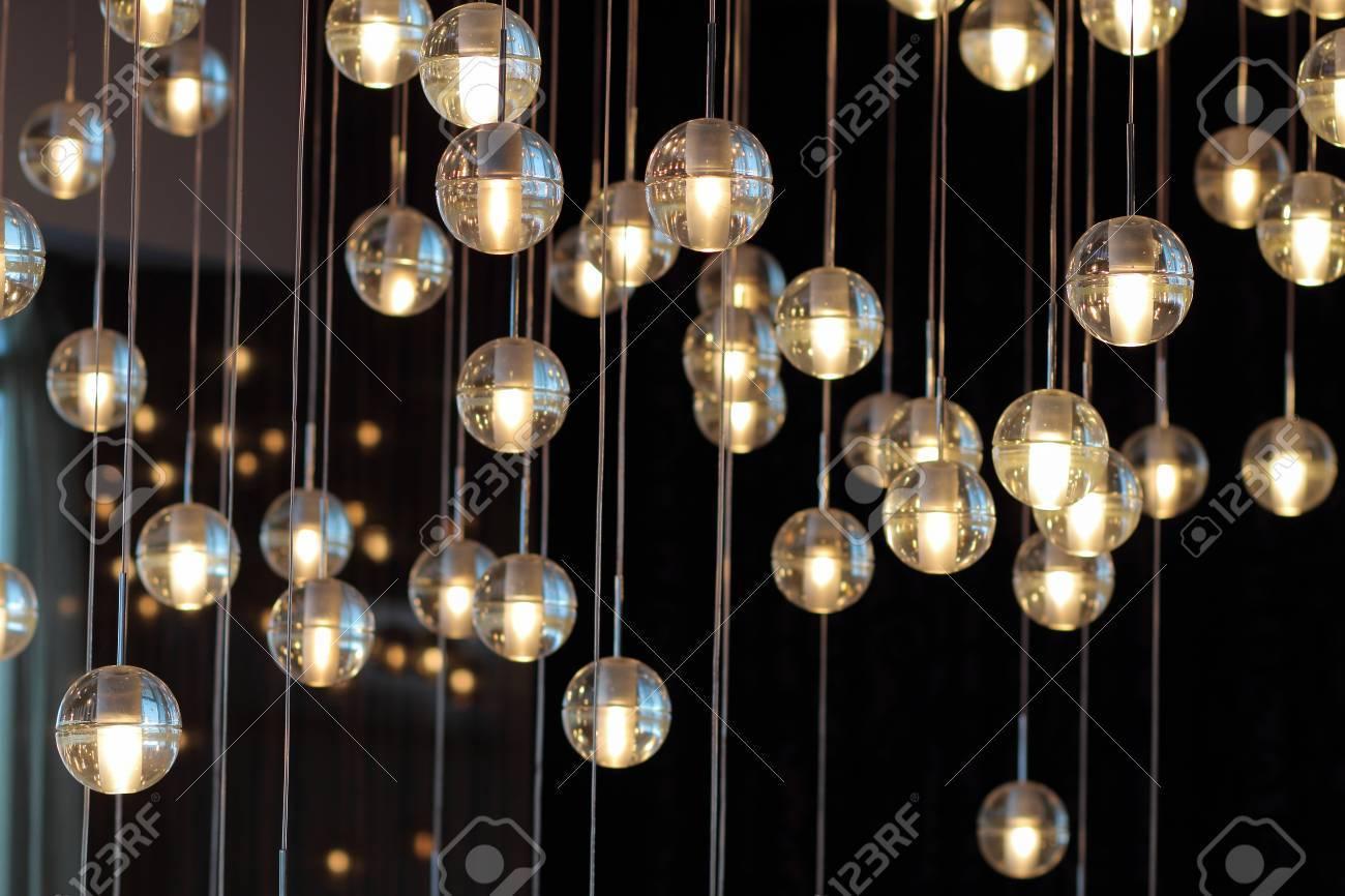 Kronleuchter Glühbirne ~ Lichtkugeln auf dem kronleuchter im schein der lampe glühbirnen von