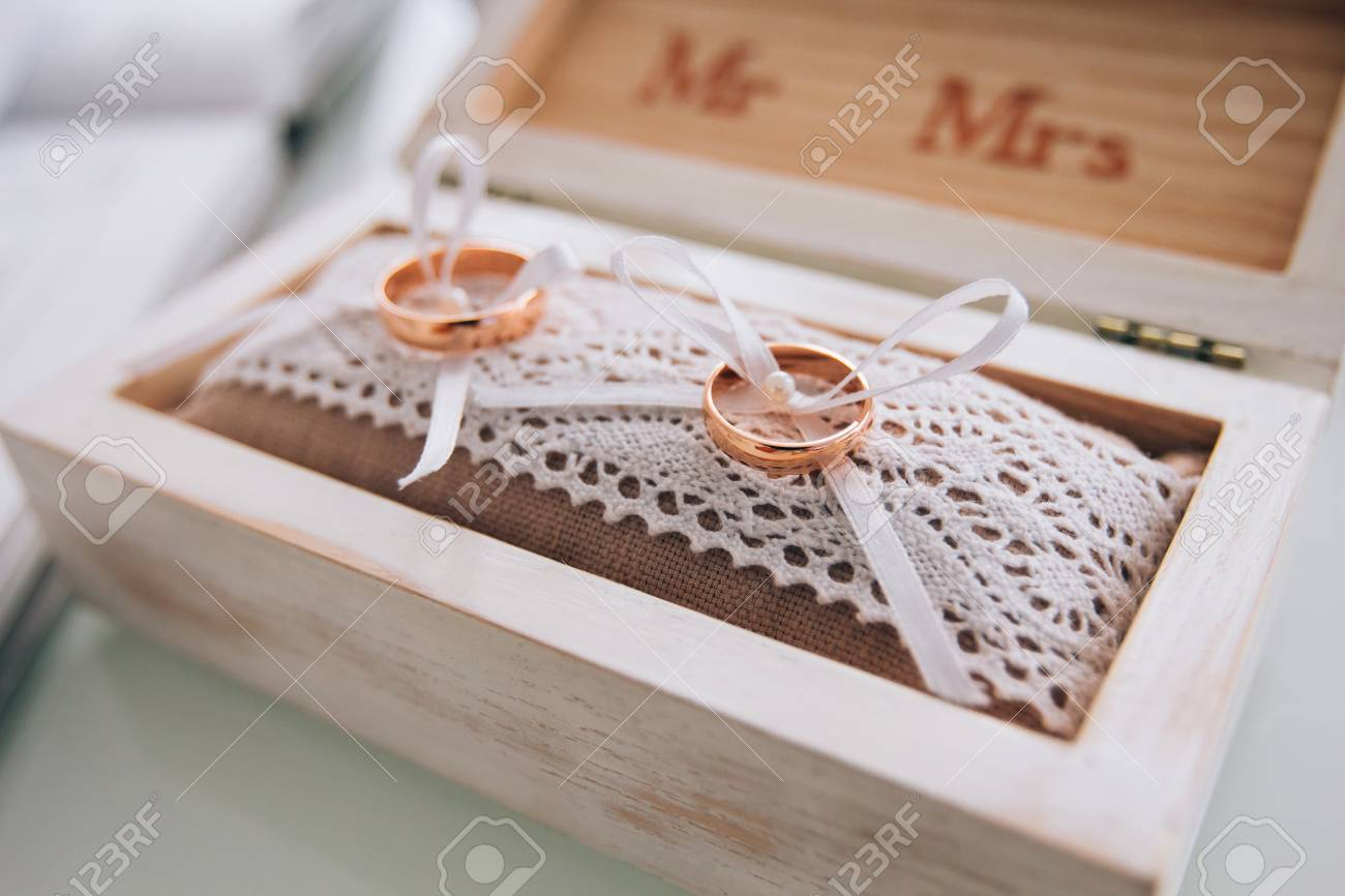 Goldene Hochzeit Ringe In Einer Weissen Holzkiste
