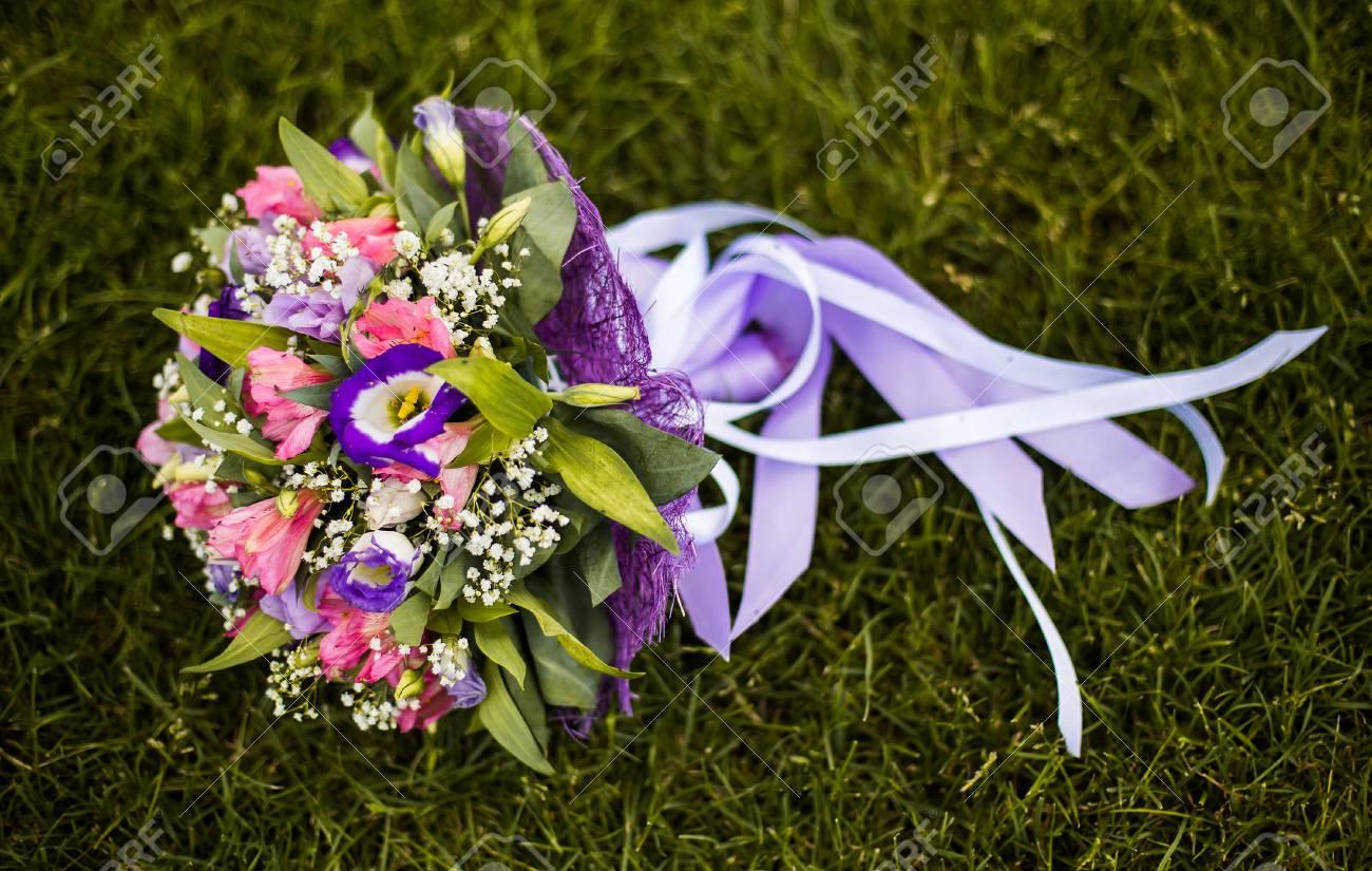 Bouquet De Mariage Fleurs De Mariage Bouquet De Fleurs Bleues Roses Et Blanches Couche Sur L Herbe