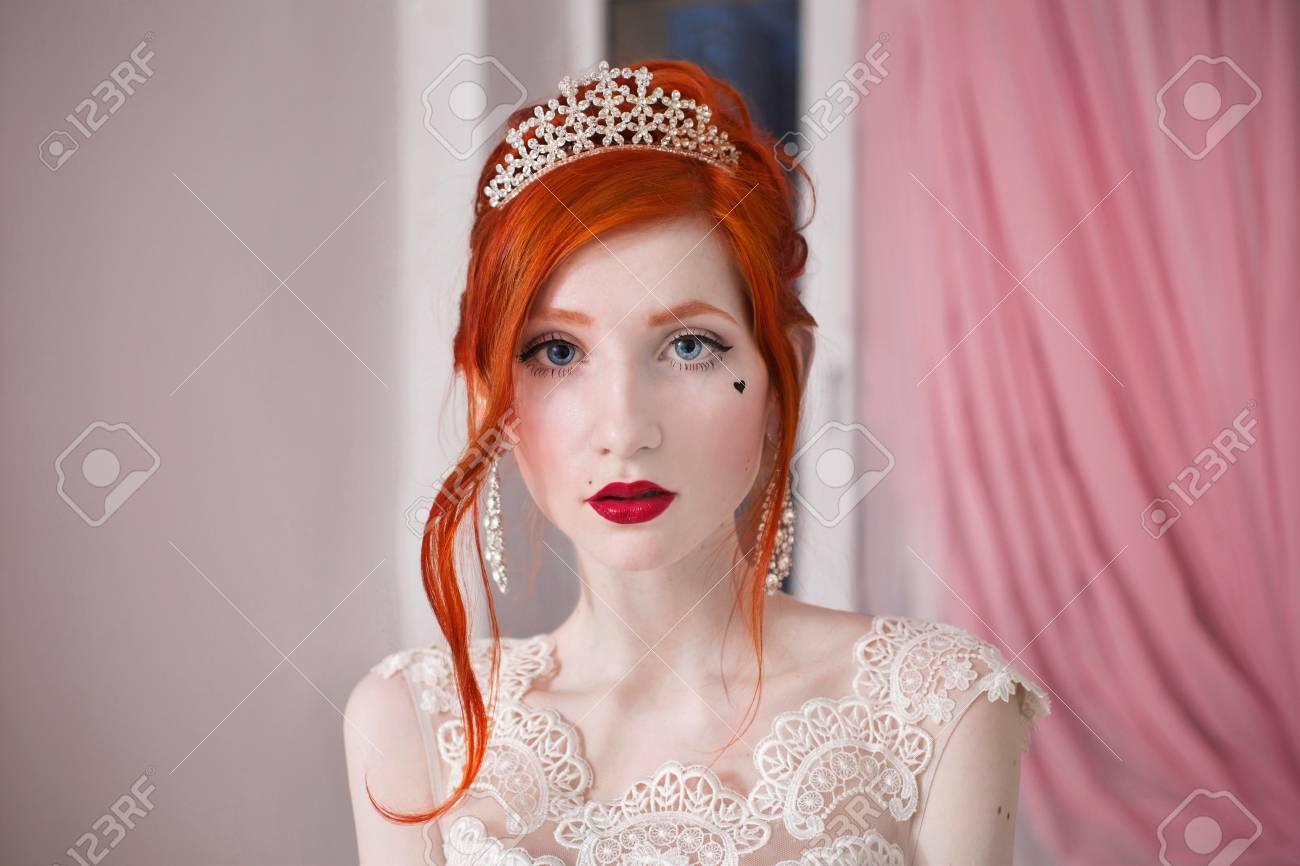 Chica De Pelo Rojo En Un Vestido De Novia, Brillante Apariencia ...