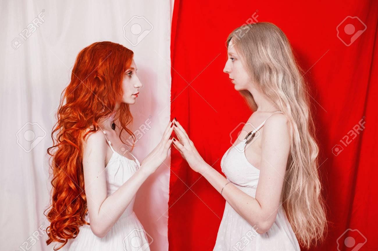 Ragazza con capelli rossi lunghi