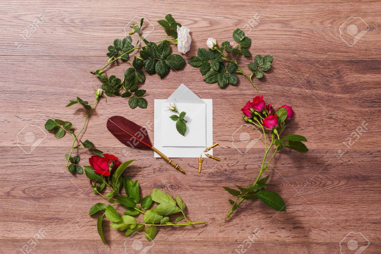 Caneta E Tinta Em Fundo De Madeira Envelope Branco E Rosas