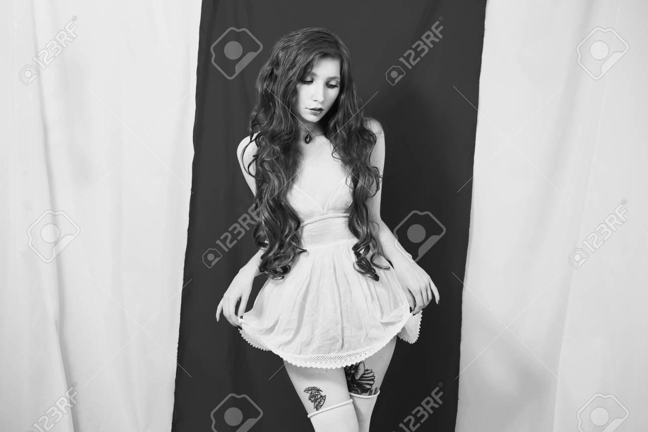 Fotografía De Arte En Blanco Y Negro Monocromo Chica Con Cintura Delgada En Un Vestido Blanco Sobre Fondo Blanco Modelo Fetiche
