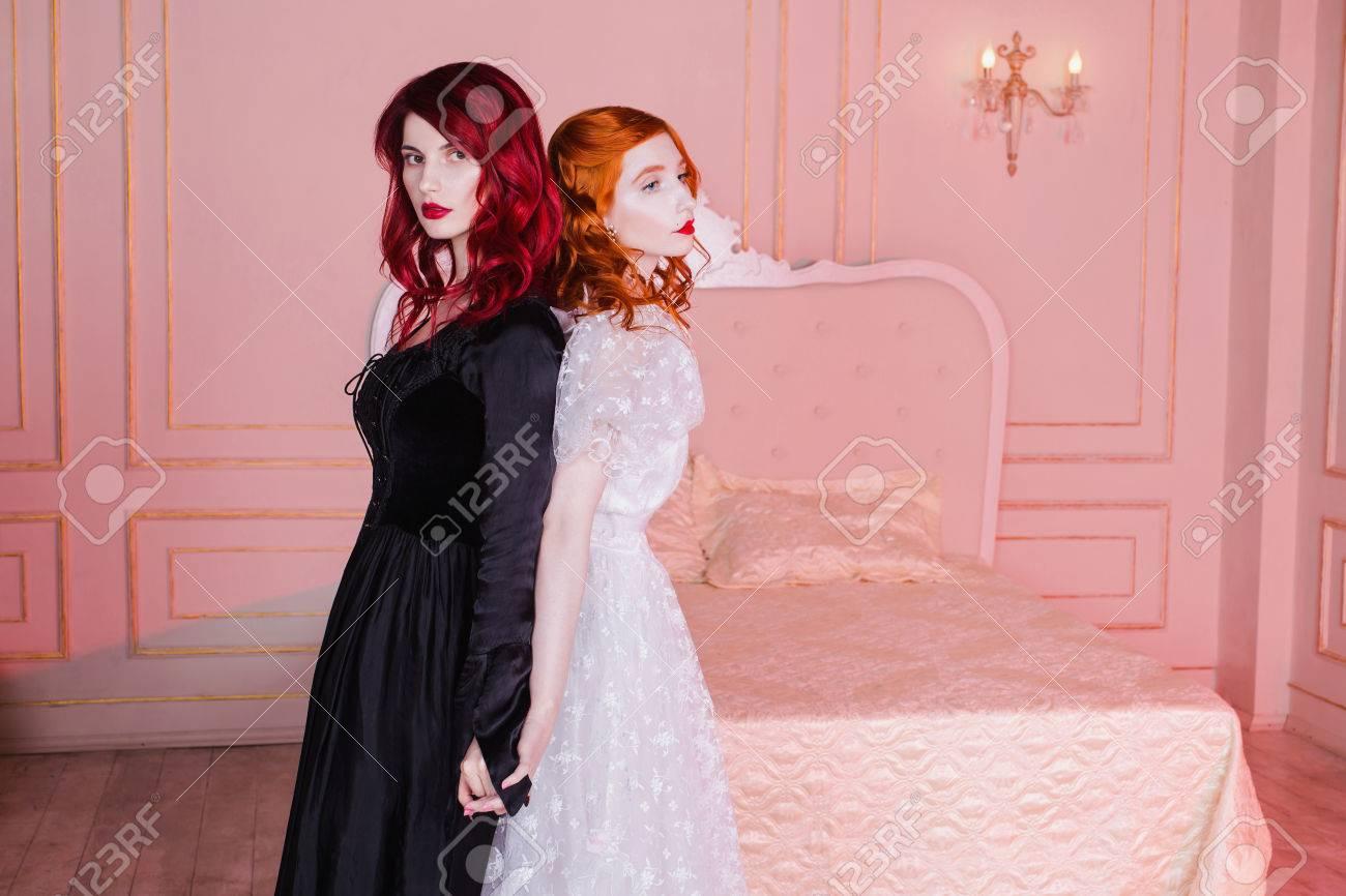 Zwei Mädchen Mit Roten Haaren Im Retro-Kleid Im Schlafzimmer. Femme ...