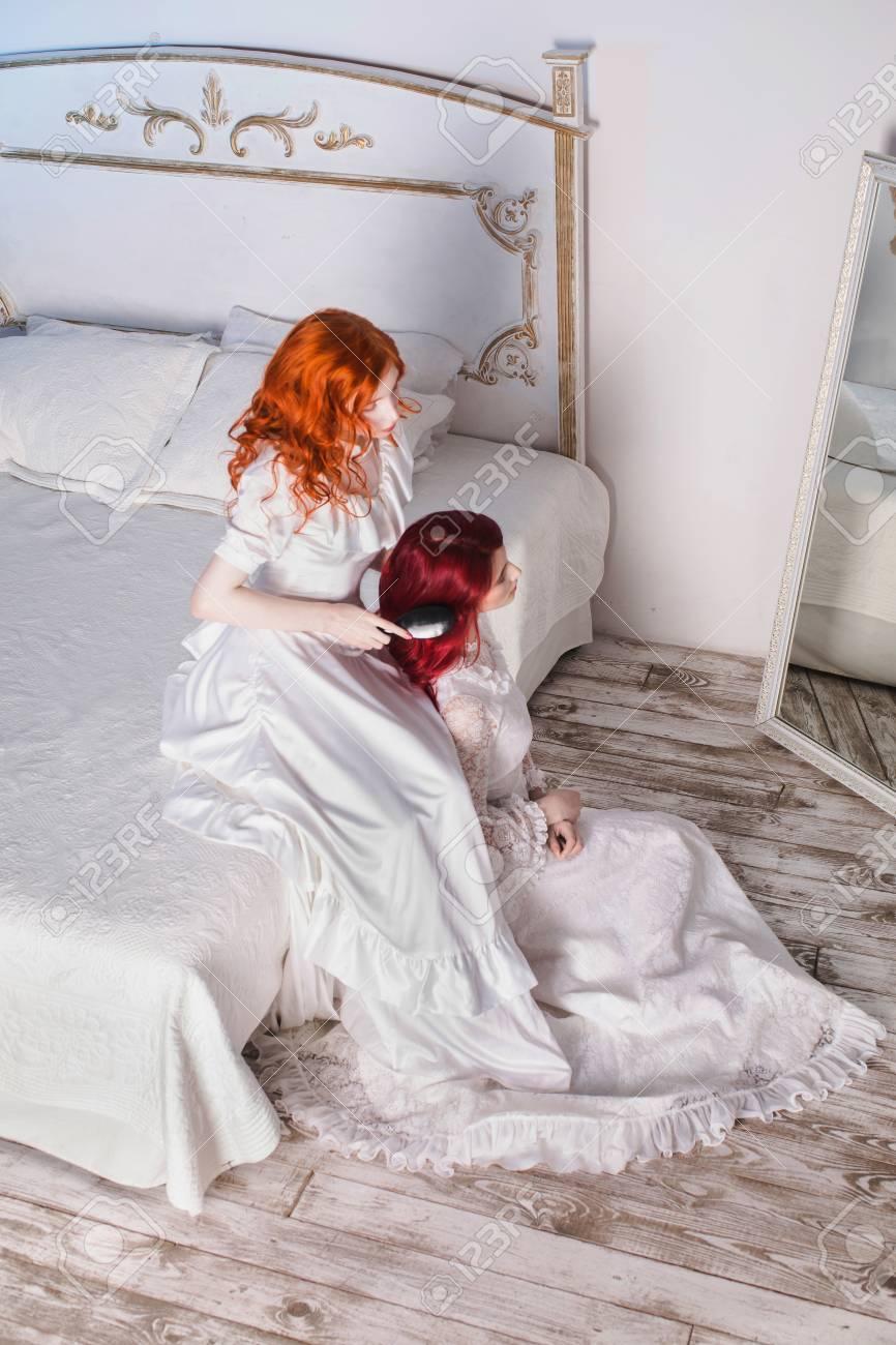 Zwei Schone Madchen Mit Roten Haaren In Einer Schonen Weissen