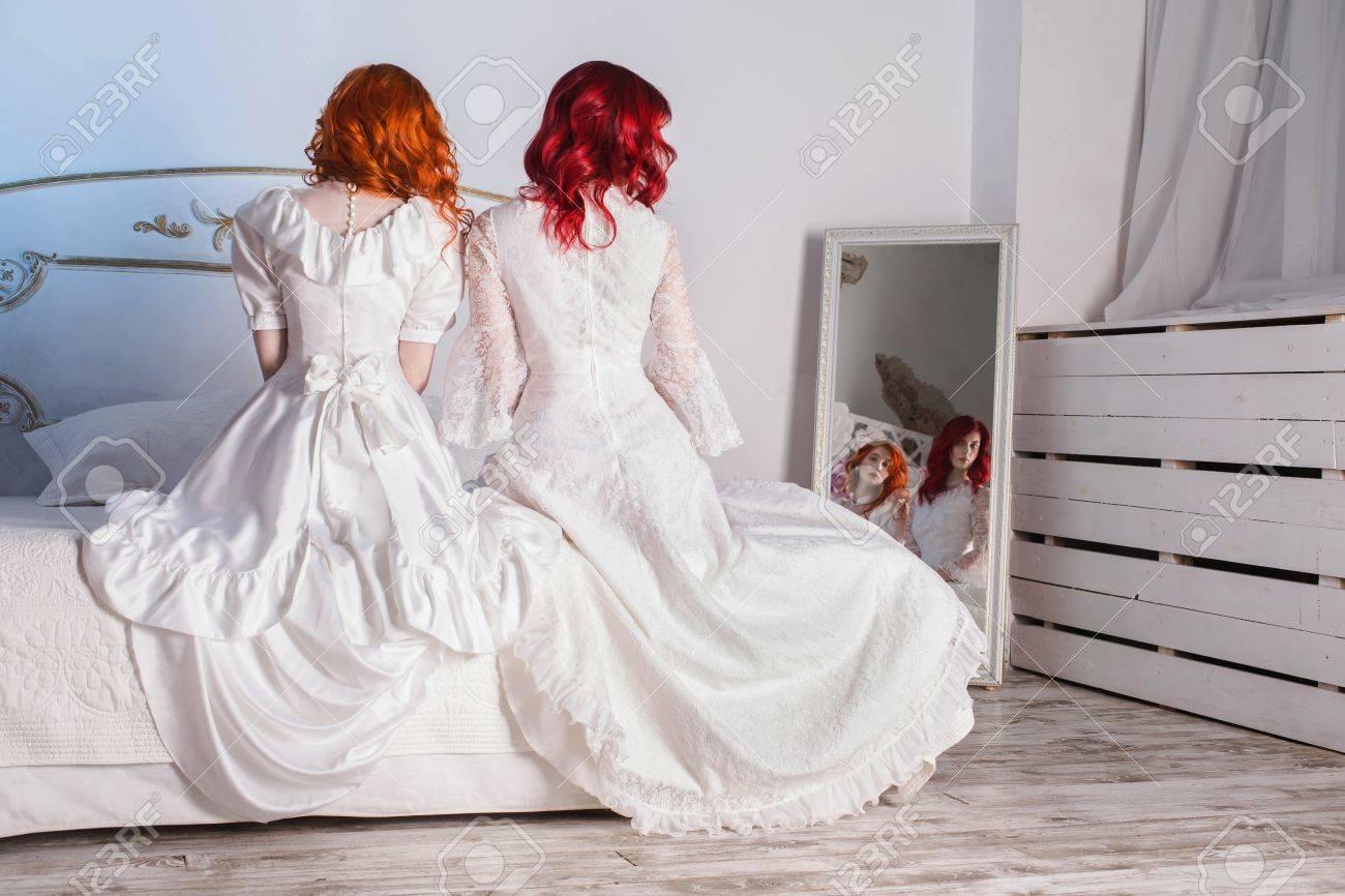 Zwei Schöne Mädchen Mit Roten Haaren In Einer Schönen Weißen ...