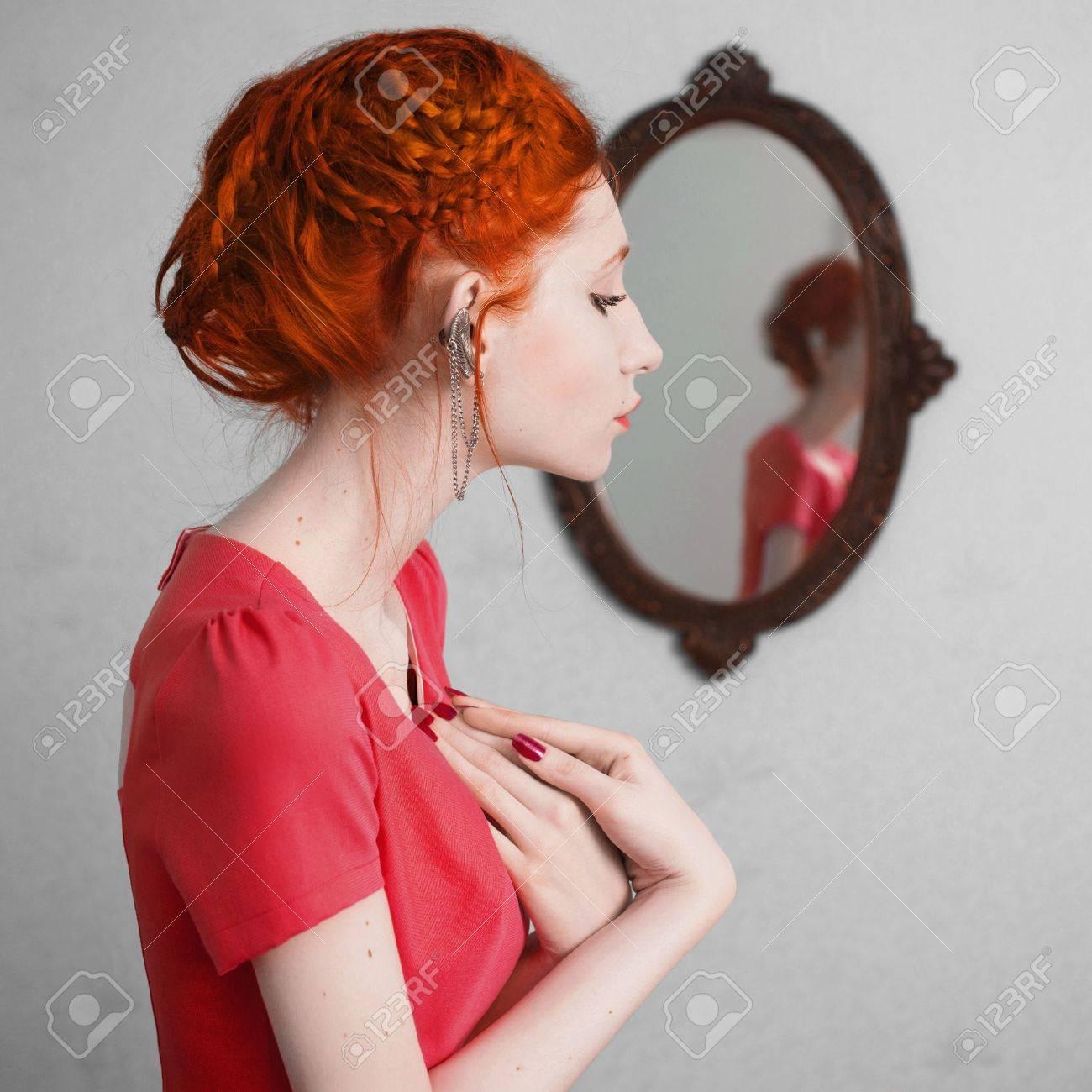 Image Cheveux Rouge une femme aux cheveux rouge dans une robe orange. fille aux cheveux