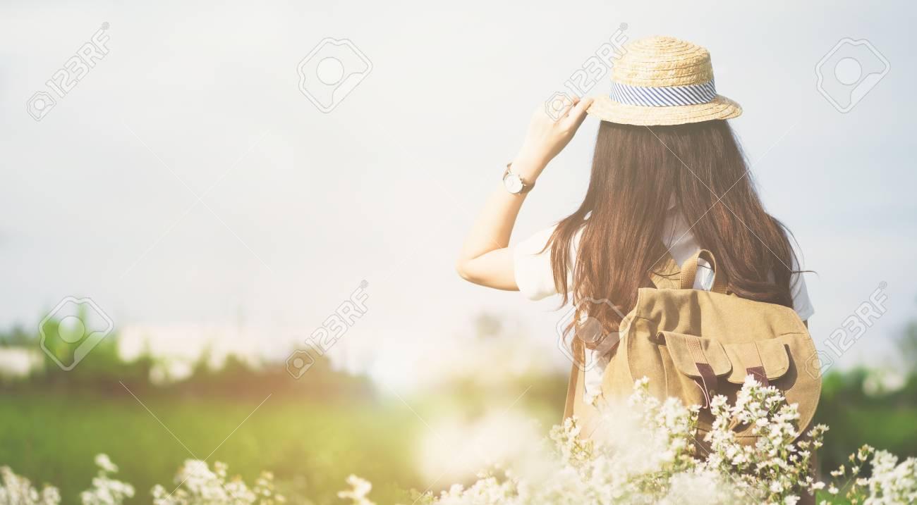 Et Outdoor De AirVacances D'été Dos Concept En Voyageur Jeune Lifestyle Avec Femme Plein Sac Détente À Travel mwvNn08O