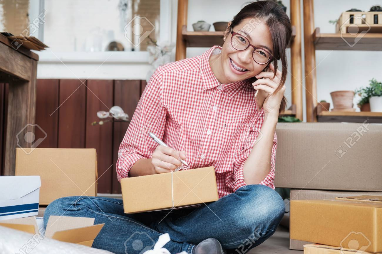 Jeune entreprise démarre le propriétaire du vendeur en ligne en