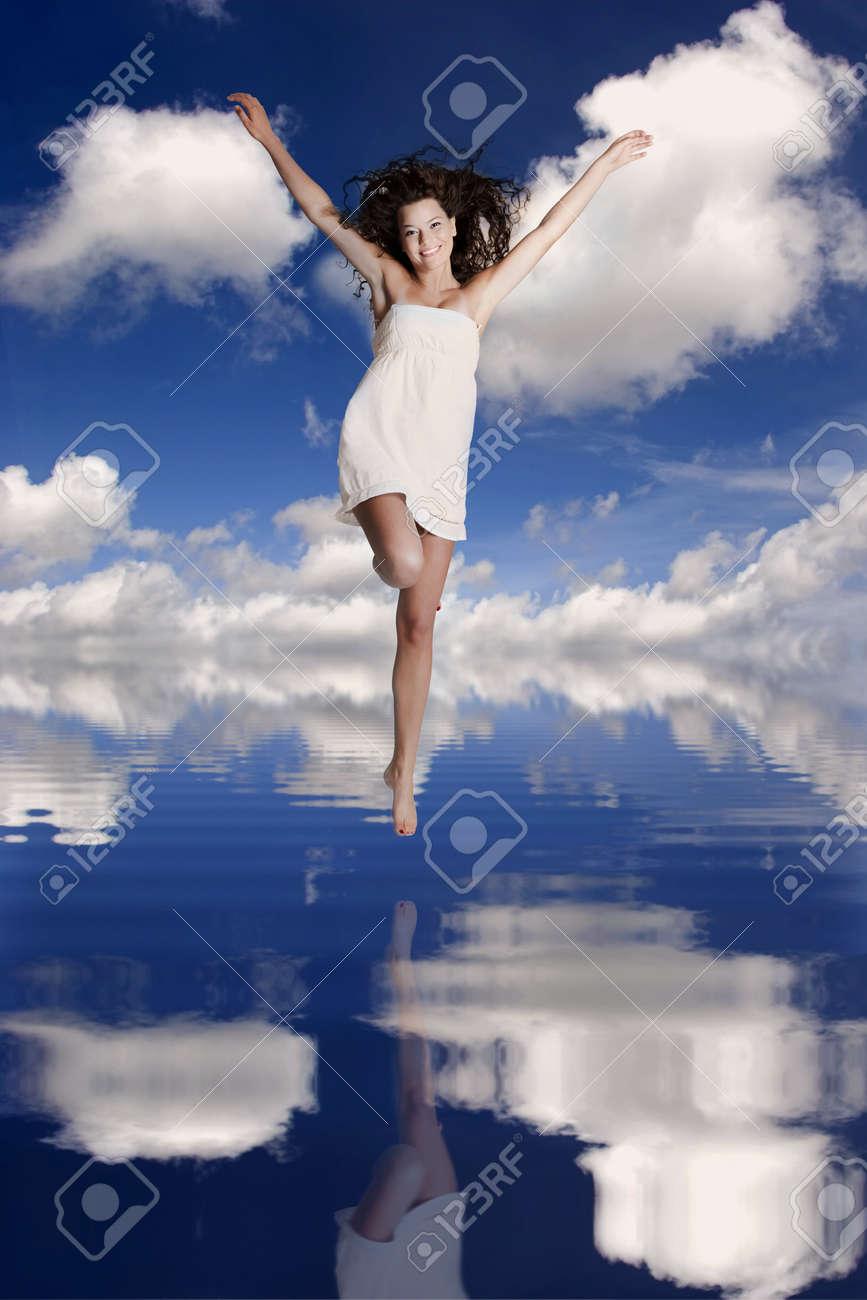 Schöne Und Glückliche Mädchen Springt über Das Wasser Mit Ihrem