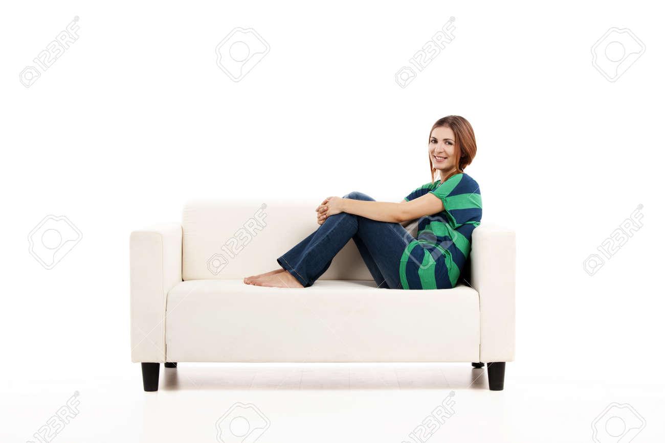 Schöne Frau Entspannt Auf Einem Weißen Sofa Mit Einer Tasse Kaffee ...