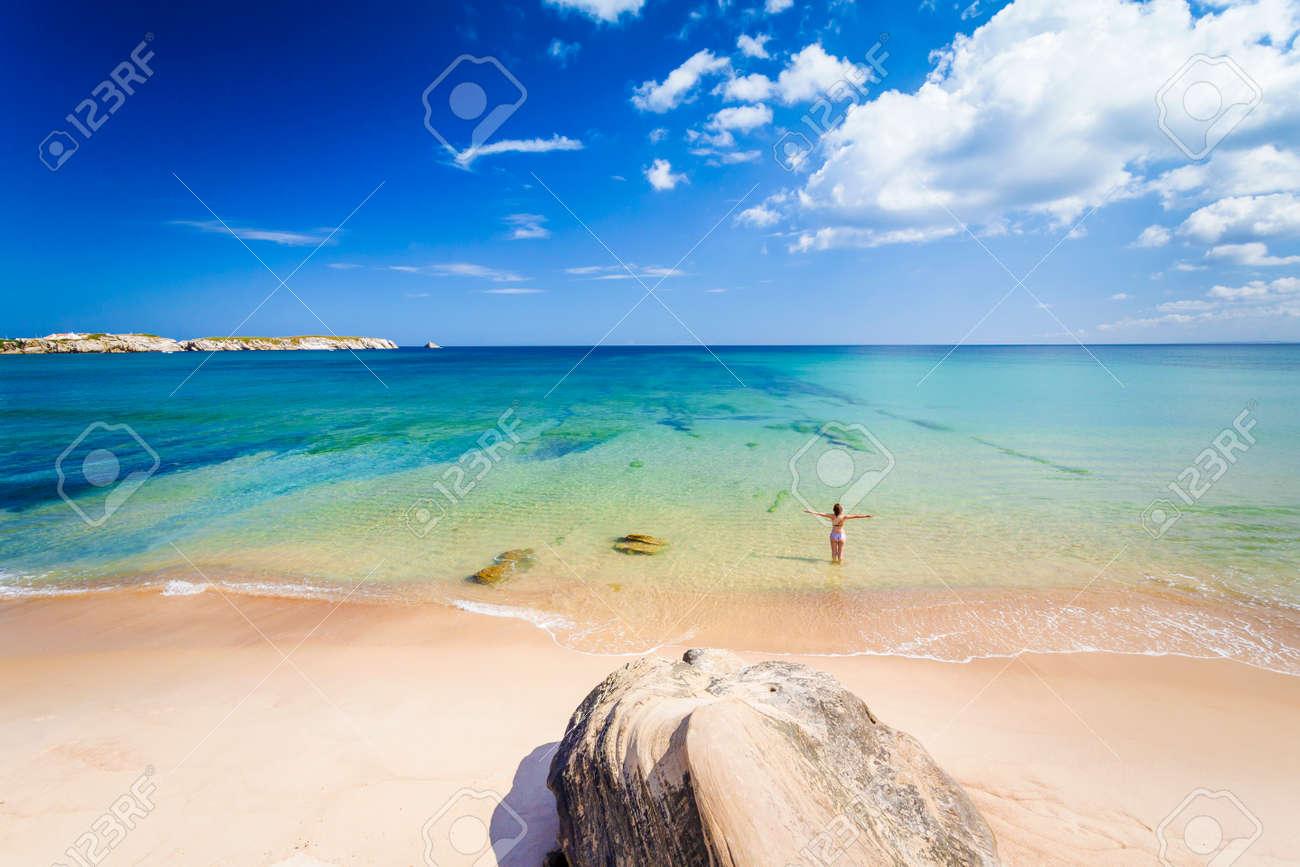 Frau Am Strand In Portugal Feiern Ein Wunderschöner Tag Lizenzfreie