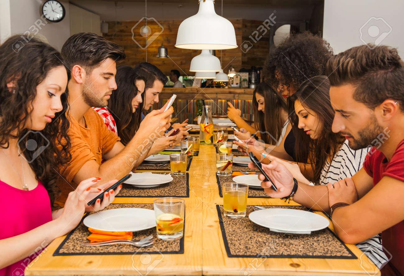 """Résultat de recherche d'images pour """"images groupe restaurant et smartphone"""""""