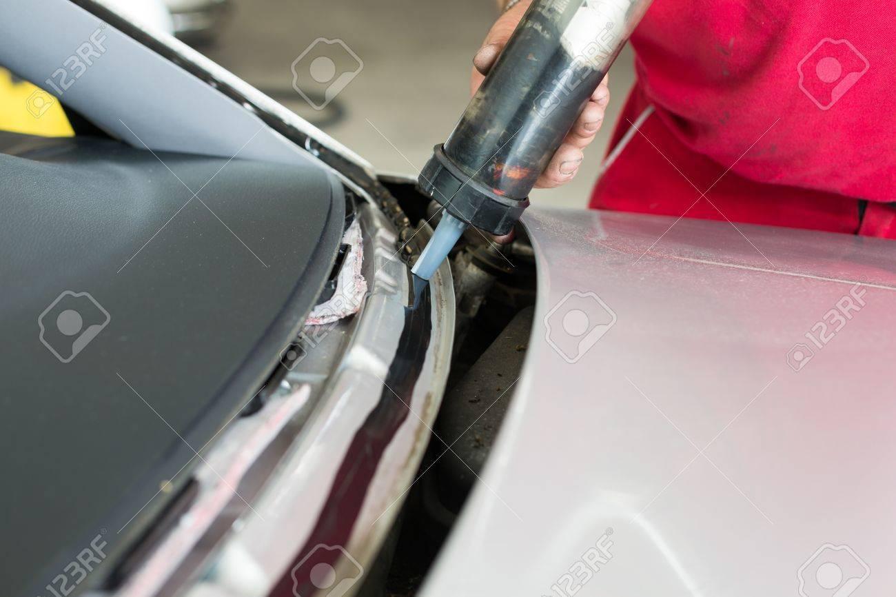 Adesivo Per Vetrai vetreria di applicare l'adesivo per installare il nuovo parabrezza o sul  parabrezza