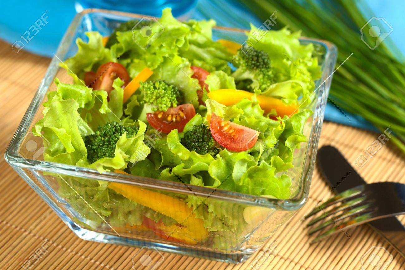 Fresh vegetable salad made of tomato, broccoli, corn, yellow bell pepper and lettuce - 11150550