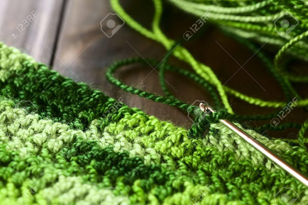 Artesanía De Ganchillo, Haciendo Un Mantel De Hilo Verde Con Un ...