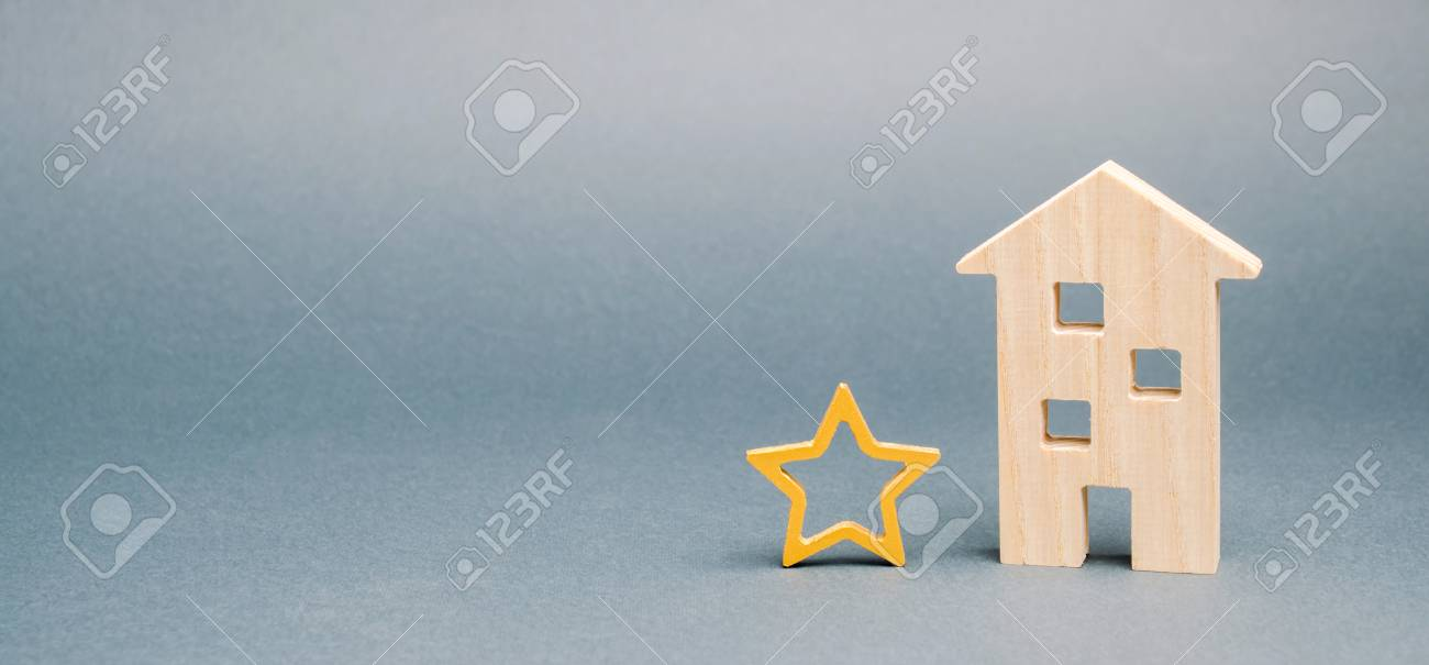Wooden house and one star. Concept of negative feedback. Low quality and service serving. Evaluation of the critic. Hotel or restaurant rating. Bad critic review. Place for text - 122197777