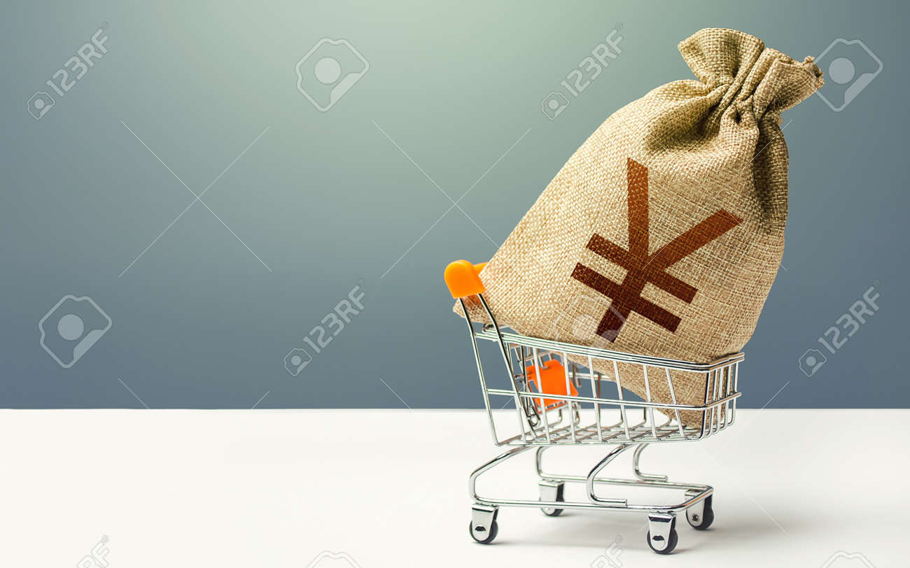 Yuan Yen money bag in a shopping cart. Profits and super profits. Minimum living wage. Business and trade concept. Public budgeting. Economic bubbles. Loans, microloans. Consumer basket. - 159715425