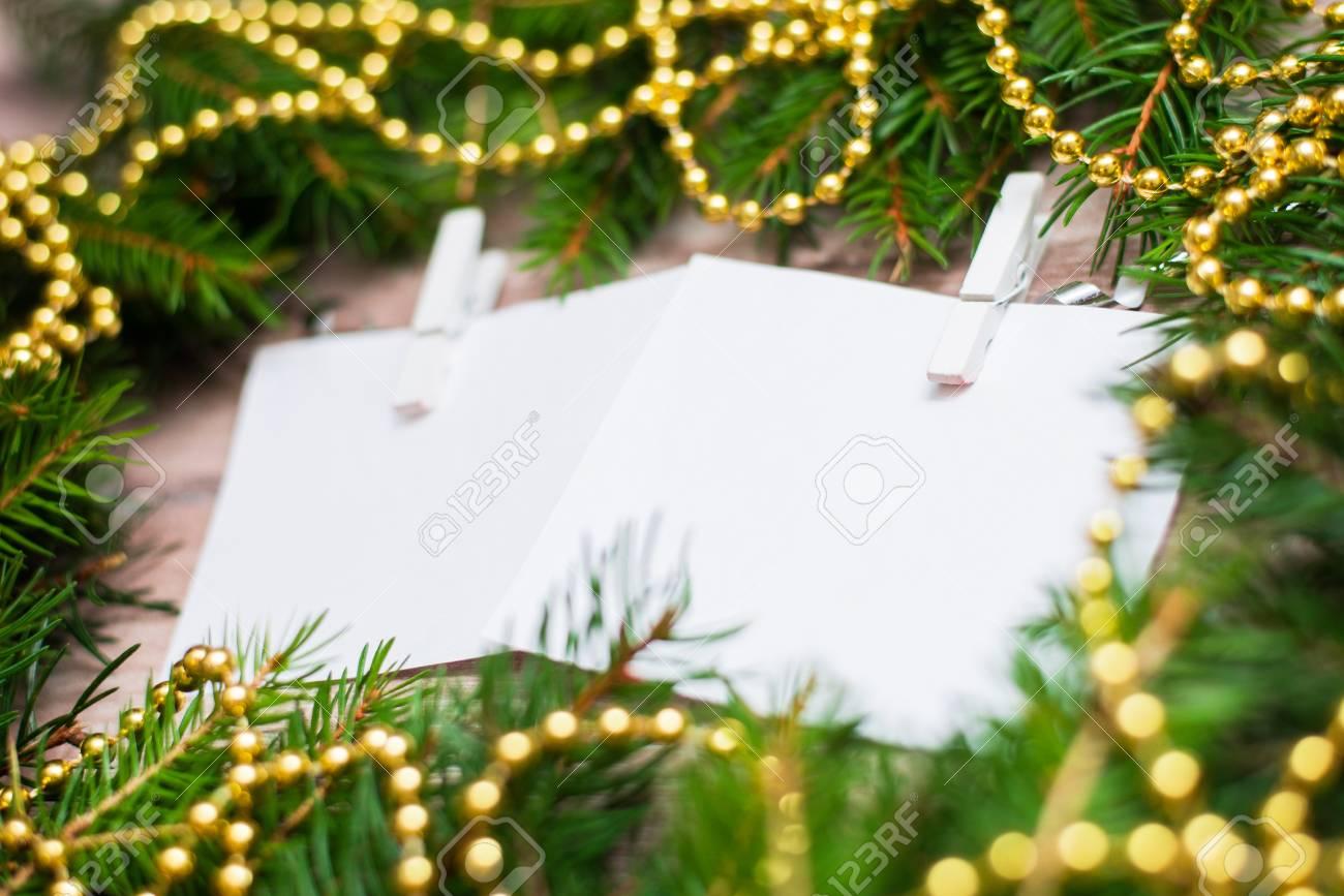 Mock Up Con Ramas De Abeto Y Una Guirnalda Navidad Ano Nuevo - Guirnalda-navidad