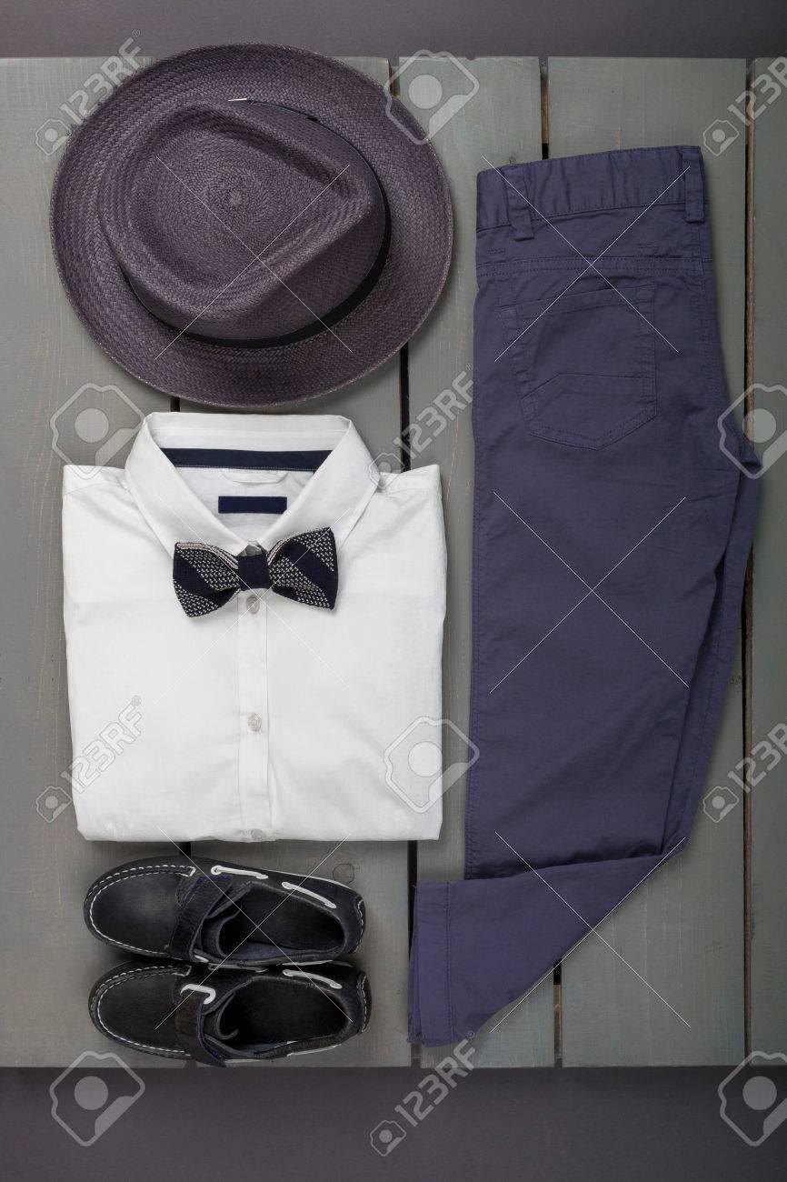 Traje De Los Hombres En El Fondo De Madera. Ropa De Moda Para Niños.  Sombrero De Fieltro Gris 5e5d68a1a940