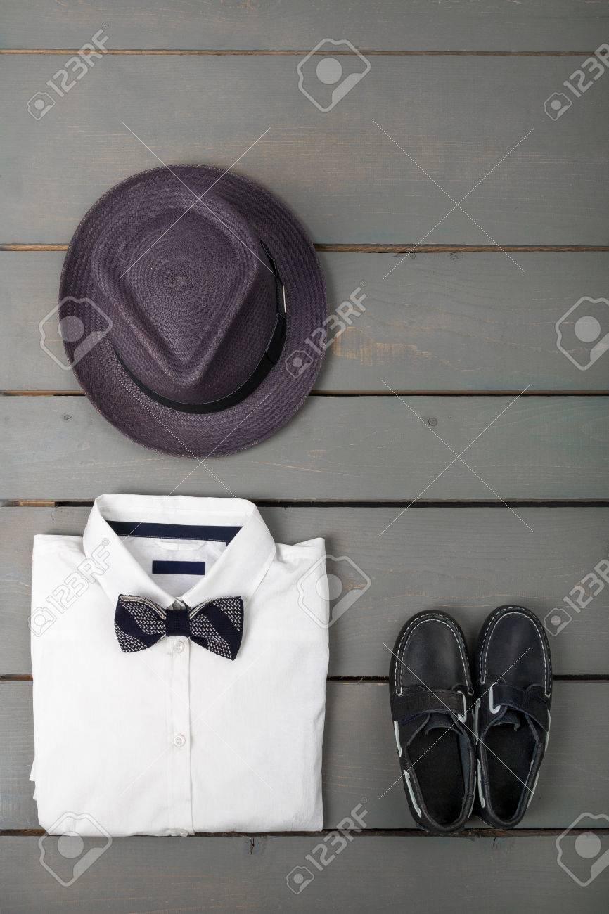 02caa2957e5d6 Traje De Los Hombres En El Fondo De Madera. Ropa De Moda Para Niños. Sombrero  De Fieltro Gris