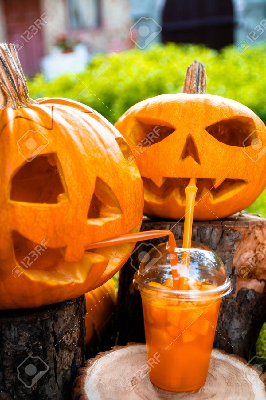 Coctel De Halloween Junto A La Decoracion De Calabazas En El Fondo - Decoracion-con-calabazas