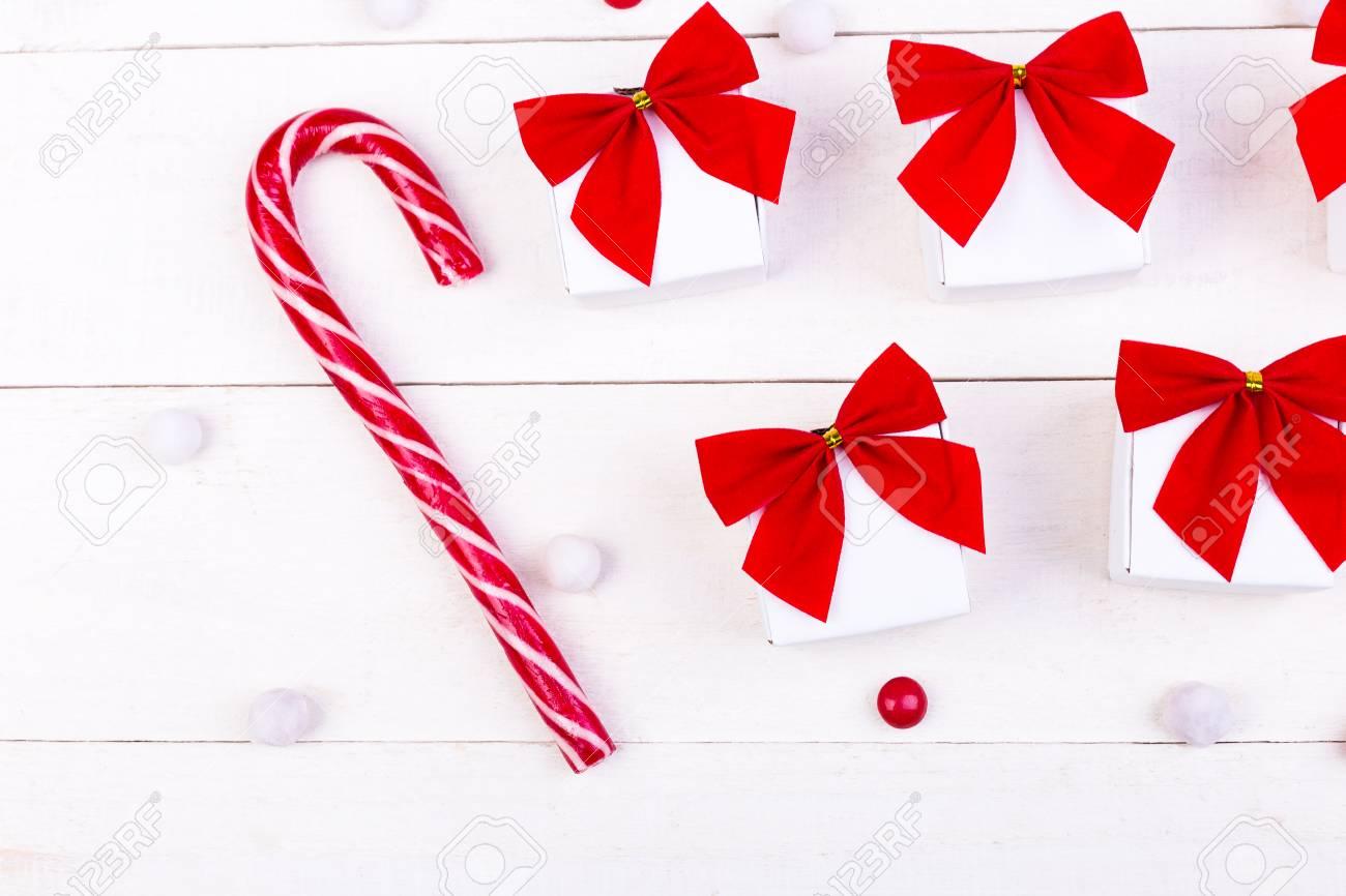 Weihnachtsgeschenke, Weiße Kleine Kästen Mit Rotem Bogen Und ...