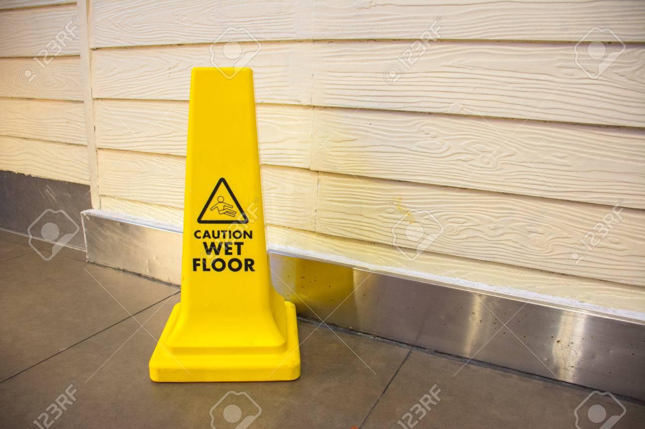 archivio fotografico attenzione pavimento bagnato segno