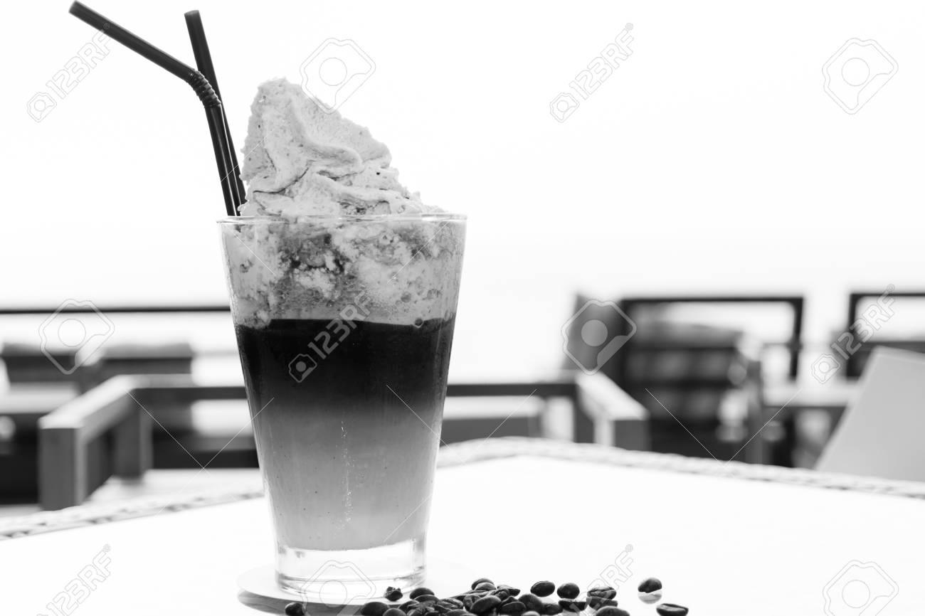 Immagini Stock Caffè Frappe In Serata Con Una Bella Mare Sullo