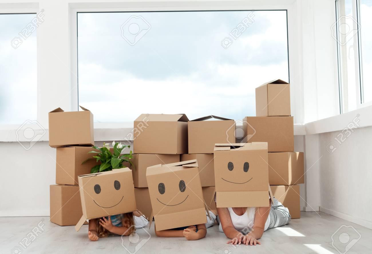 Familie Spaß Mit Kartons Umzug In Ihr Neues Zuhause Lizenzfreie ...